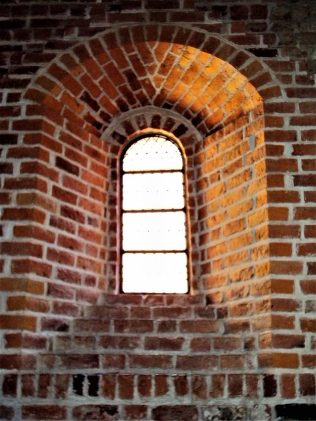 valo punatiilisen kirkon ikkunasta